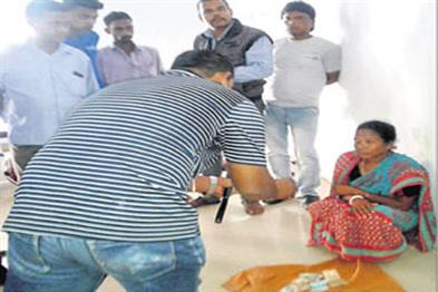 Khabar East:Harishchandra-plan-fails-wife-seeks-for-her-funeral