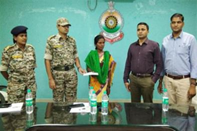 Khabar East:5-lakh-prize-women-Maoists-surrender