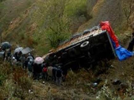 Khabar East:A-laden-truck-fall-in-deep-bay