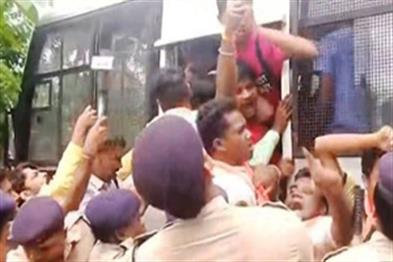 Khabar East:ABVP-activists-scuffle-with-police-over-cancellation-of-Students-Union-poll