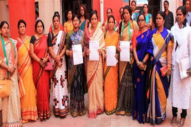 Khabar East:BJP-Mahila-Morcha-submitted-a-memorandum-to-State-women-commission