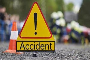 Khabar East:Bus-crashed-into-divider-three-killed-a-dozen-passengers-injured