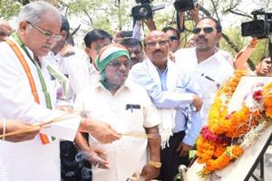Khabar East:CM-Bhupesh-passionate-about-paying-tribute-to-former-Union-minister-Vidyacharan-Shukla