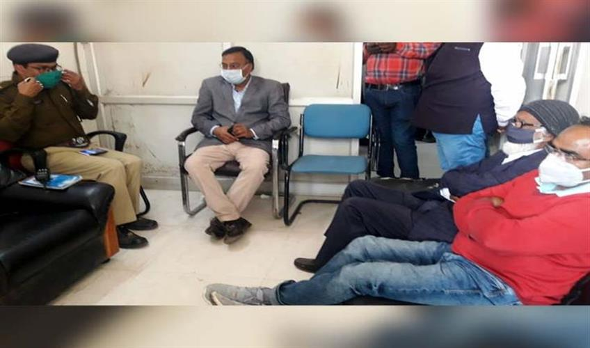 Khabar East:Demand-for-arrest-of-those-attacking-doctor-OPD-closed