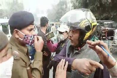 Khabar East:During-the-mask-checking-campaign-the-hooliganism-the-policeman-stopped-and-threatened-to-remove-the-uniform
