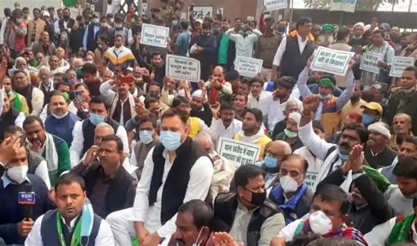 Khabar East:Grand-Alliance-staged-protest-against-Gandhi-bill-in-Gandhi-Maidan