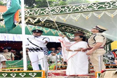 Khabar East:Mamta-Banerjee-hoisted-tricolor-on-Independence-Day