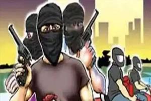 Khabar East:Masked-criminals-looted-nine-lakh-rupees-from-petrol-pump