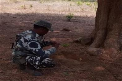 Khabar East:Naxalites-failed-plot-CRPF-jawans-made-IED-five-kg-inactive