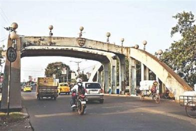 Khabar East:Now-movement-of-all-vehicles-on-Tala-Bridge-will-be-closed