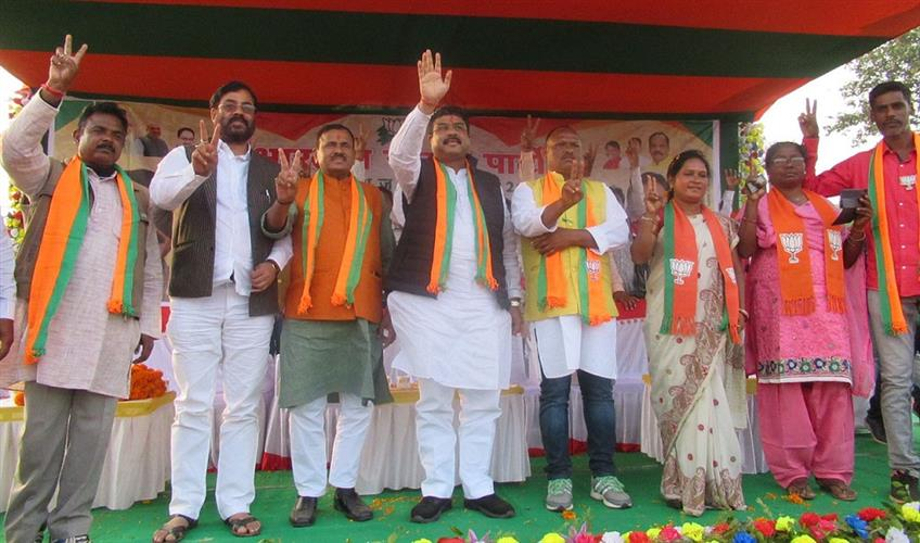 Khabar East:Opposition-parties-want-to-take-away-the-rights-of-tribals-with-guns-Dharmendra-Pradhan