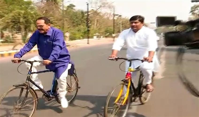Khabar East:Petrol---Diesel-price-hike-Congress-MLA-arrives-in-assembly-by-bicycle