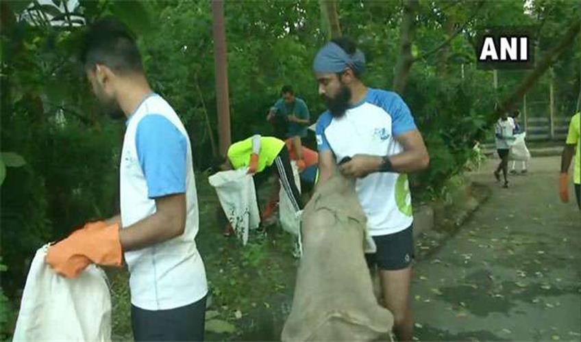 Khabar East:Plogger-Ripu-Daman-cleaning-garbage-in-puja-pandals-of-Kolkata-on-Durga-Puja