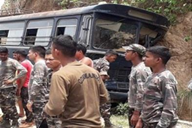 Khabar East:Police-jawans-crashed-15-injured-in-injured