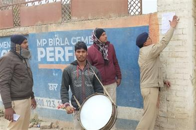 Khabar East:Police-pasted-slogans-in-the-house-of-the-absconding-accused