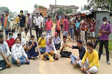 Khabar East:SP-protest-against-transfer-youth-protest-at-Sihodih-College-turn