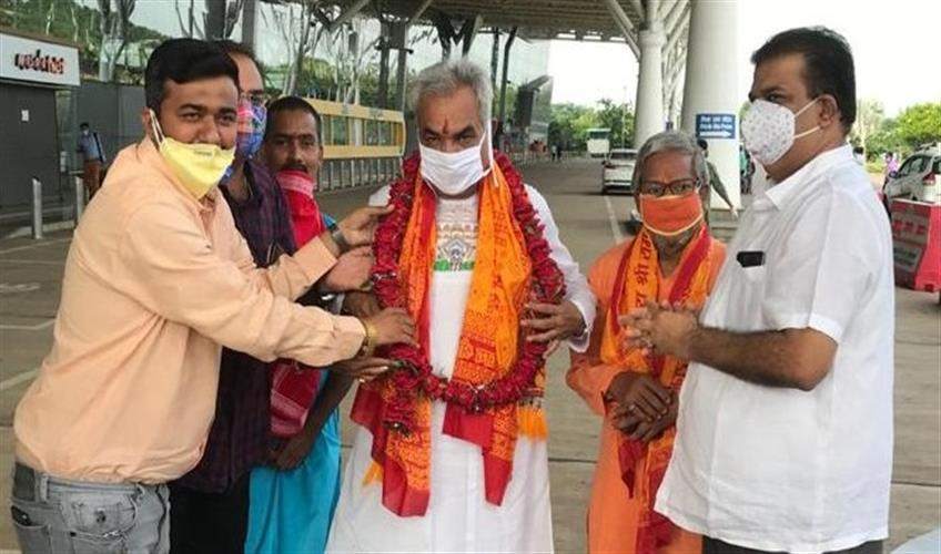 Khabar East:Sant-Yudhishthira-leaves-for-Ayodhya-to-attend-Ram-temple-Bhumi-Pujan
