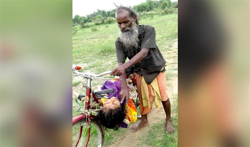 Khabar East:Schoking-A-daily-laborer-has-to-carry-dead-body-of-sister-in-law-on-bicycle