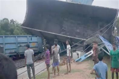 Khabar East:Seven-coaches-of-goods-train-derailed-a-dozen-trains-affected