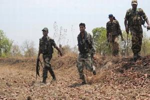 Khabar East:Six-Naxalites-worth-5-lakh-rupees-surrender-before-police