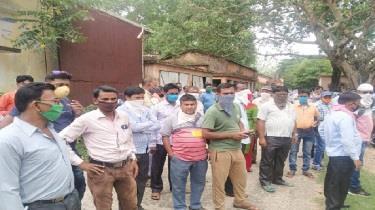 Khabar East:Teachers-were-seen-to-tear-apart-social-distancing-in-Jamtara
