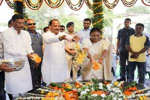 Khabar East:The-Governor-and-the-Chief-Minister-paid-tribute-to-Lord-Birsa-Mundas-shrine