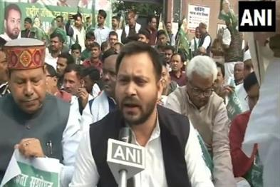 Khabar East:The-police-prevented-Tejashwi-going-to-Gopalganj-in-Bihar-and-politics-on-triple-murder