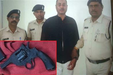Khabar East:The-youth-was-roaming-freely-with-a-revolver-the-police-arrested