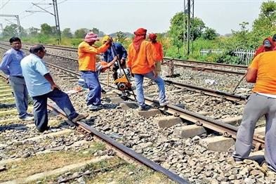 Khabar East:Train-movement-stopped-for-eight-hours-yesterday-due-to-repair-of-tracks-in-Howrah-station-carshed