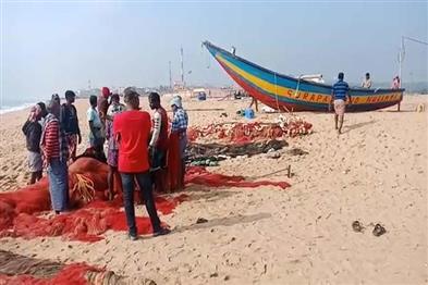 Khabar East:Two-Fishing-Boats-Collide-In-Sea-In-Odisha-4-Injured-18-Rescued