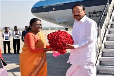 Khabar East:Vice-President-Venkaiah-Naidu-arrives-in-Ranchi-will-attend-IIM-program