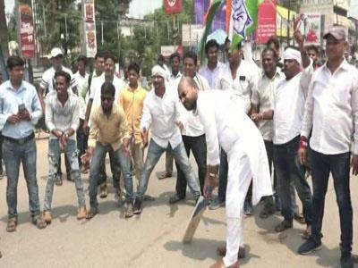 Khabar East:congress-protest-in-cuttack-in-a-different-style