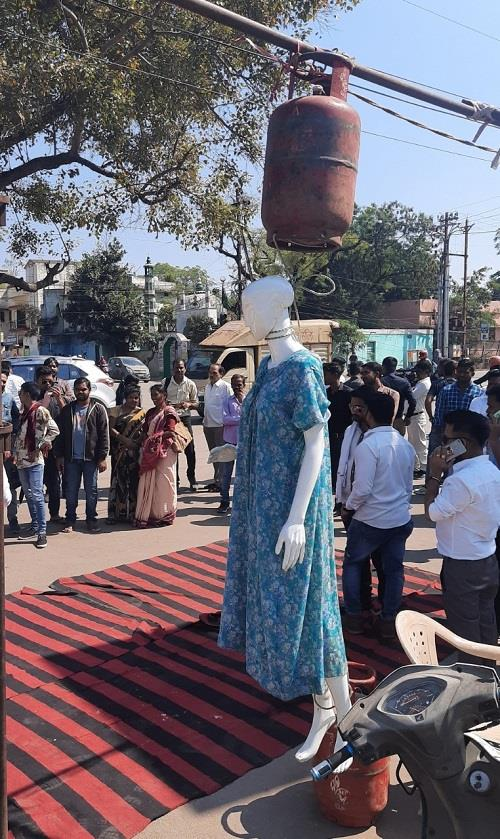 Khabar East:congresss-protested-against-union-minister-visit-and-price-hike-on-LPG