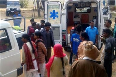 Khabar East:gumla-inter-college-students-were-going-for-a-walk-with-friends-a-bike-collided-with-a-tree-death-of-two